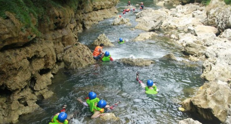 Menyusuri Sungai Di Green Canyon